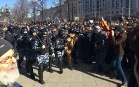 Число затриманих на мітингу у Москві зростає, ОМОН пустив в хід кийки і газ: з'явилися фото і відео
