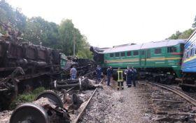 """Авария пассажирского поезда в Хмельницкой области: в """"Укрзализныце"""" рассматривают две версии"""