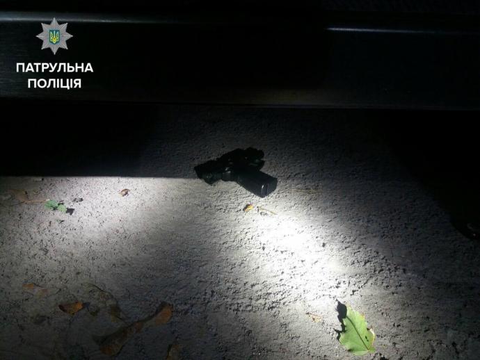 У Києві патрульні затримали озброєного чоловіка: опубліковані фото (1)