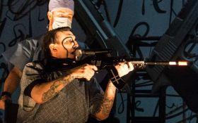 Мэрилин Мэнсон объяснил, почему направлял винтовку-микрофон на публику после стрельбы в Техасе
