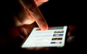 Привычка сидеть со смартфоном в компании - ученые выяснили, о чем это говорит