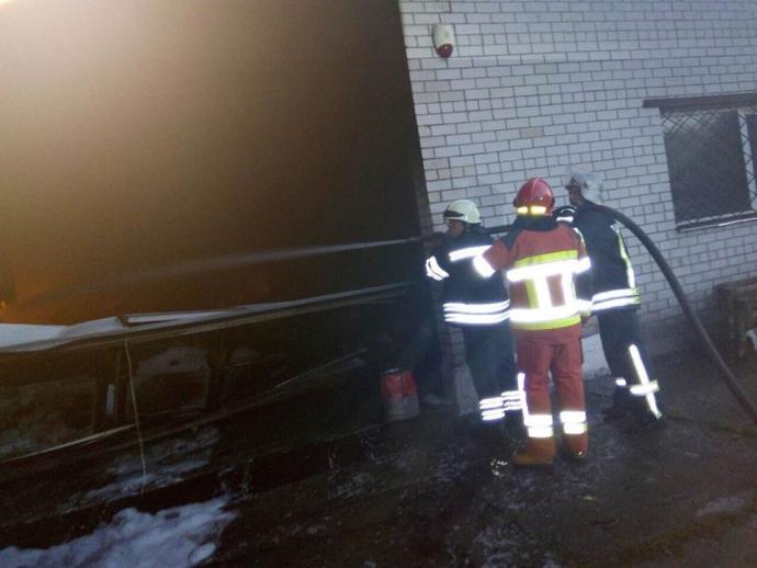 Під Києвом спалахнув взуттєвий цех, гасили десятки пожежників: з'явилися фото (1)