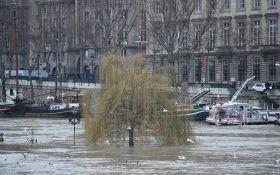 У Парижі через повінь проходить масова евакуація людей: з'явилися нові відео