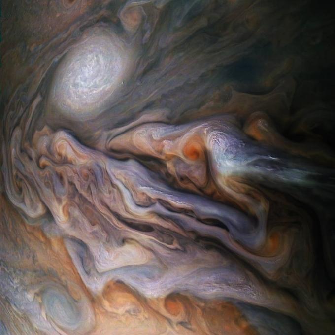 Всплывающие облака и мощный ураган: NASA показало новое зрелищное фото с Юпитера (1)