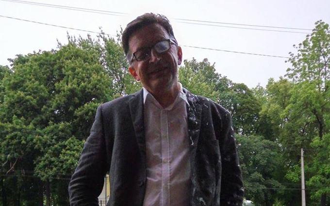 Облитого кефіром в Києві російського блогера спіймали на брехні