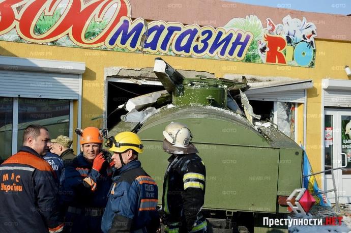 В Николаеве произошло смертельное ДТП с военным бензовозом: появились фото и видео (7)
