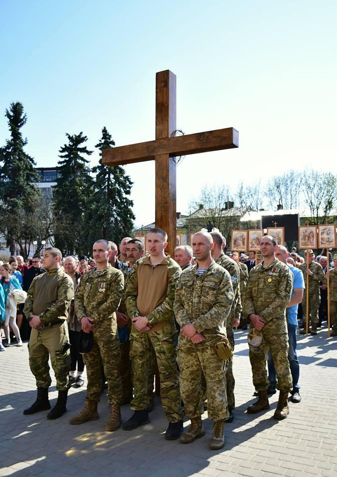 На Прикарпатье прошел масштабный крестный ход за победу и мир: появилось впечатляющее видео (1)