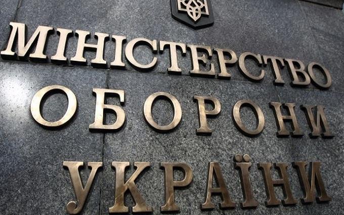 В Минобороны пояснили, за какие заслуги дали оружие Яценюку и Авакову