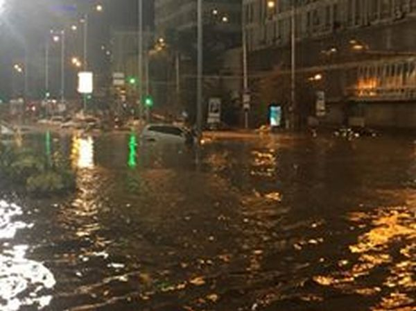 Центр Киева снова затопил ливень: появились жуткие фото и видео потопа (3)