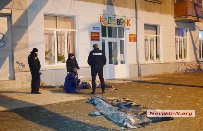 В центре Николаева погиб украинский военный, провалившись в яму: опубликованы фото (3)