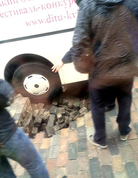 В Киеве автобус провалился в яму напротив дома Кличко: опубликованы фото (2)