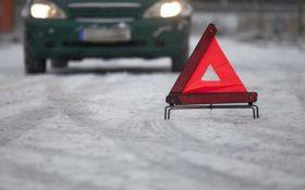 В Киеве машина сбила мать с двумя детьми: появились фото с места ЧП