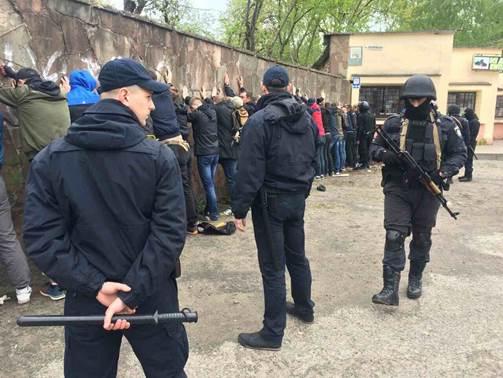 Во Львове полиция не дала разгореться массовой драке: опубликовано фото (1)