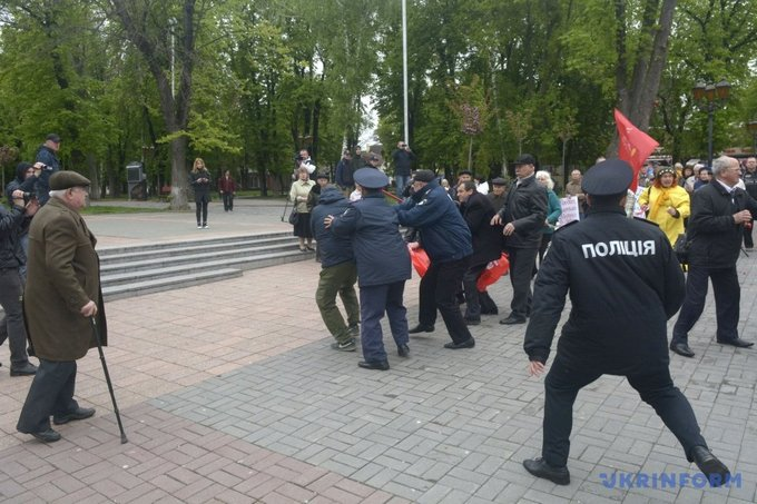 На первомайском митинге в Виннице националисты устроили потасовку: появились фото (6)