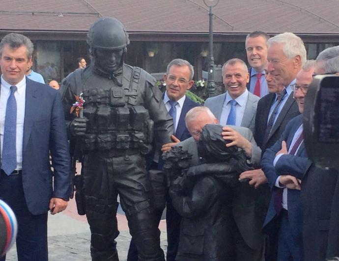 Французькі депутати в Криму кинулися цілувати пам'ятник окупантам: з'явилося фото (1)