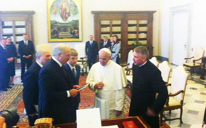 Зустрілися два папи: соцмережі сміються над історичним фото Лукашенка