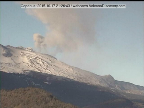 Вулкан Копауе продовжує скидати попіл у висоту на один км (1)