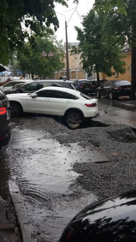 У центрі Києва на Подолі посеред дороги провалився асфальт (2)