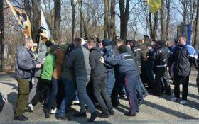 На могилі Шевченка сталася масова бійка: з'явилися фото і відео