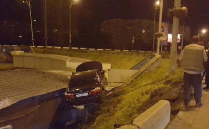 У Києві машина вилетіла на дах кіоску: опубліковані фото