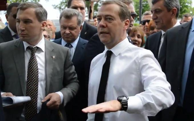 Грошей немає, але ви тримайтеся: слова Медведєва кримчанам підірвали соцмережі