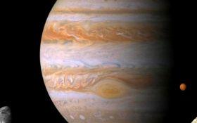 Всплывающие облака и мощный ураган: NASA показало новое зрелищное фото с Юпитера