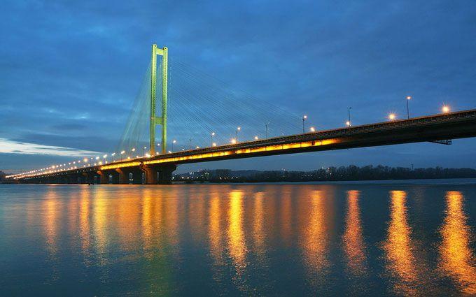 Міст в Києві засипало яблуками: опубліковані фото