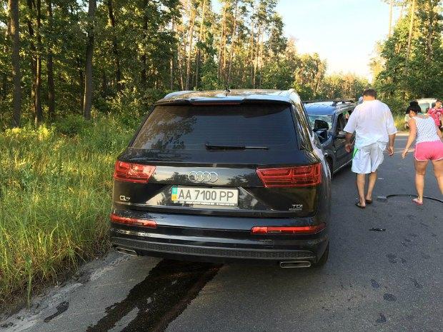 П'яний поважний чиновник влаштував ДТП під Києвом: з'явилися фото і відео (1)