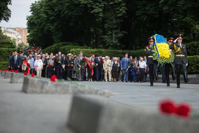 Порошенко з Парубієм і Гройсманом вшанували пам'ять жертв війни: опубліковані фото (2)