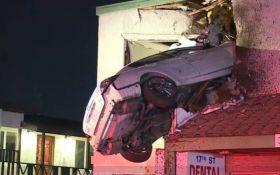 В США автомобиль влетел в окно второго этажа здания: появились фото и видео