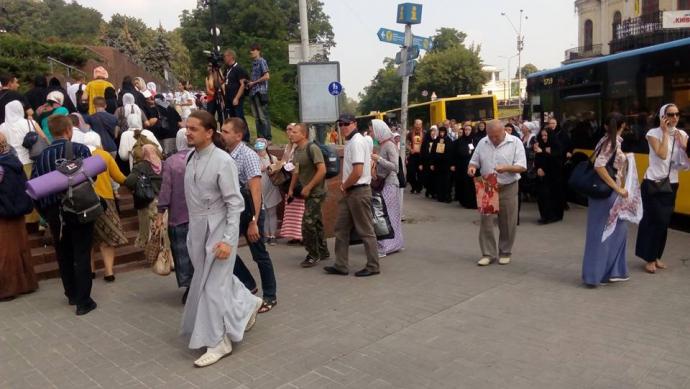 Учасники хресної ходи продовжують збиратися в центрі Києва: опубліковані фото (1)