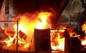 Під Верховною Радою сталася пожежа: згорів намет протестувальників