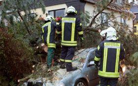 В Европе бушует мощный ураган, есть жертвы: опубликовано видео