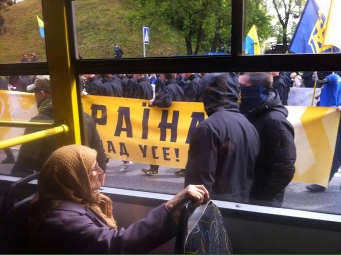Акція «Азова» під Радою: командиру полку нагадали, хто не ходить до парламенту (4)