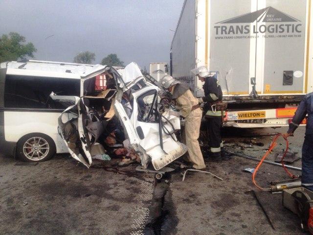 У страшній ДТП на трасі Київ-Чоп загинули двоє людей: з'явилися фото (1)