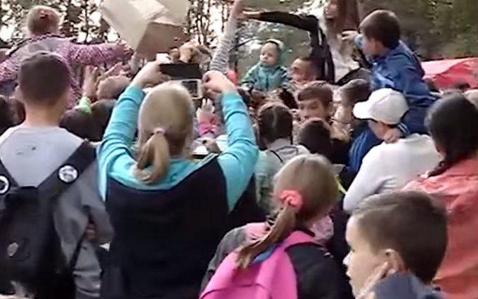 У Росії влаштували тисняву на безкоштовній роздачі морозива: опубліковано відео