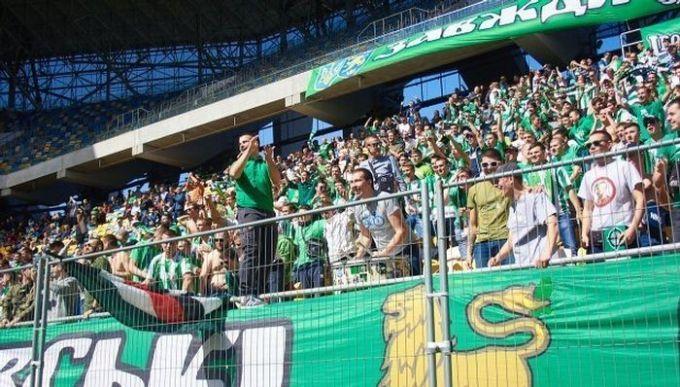 Фаны Карпат забрали футболки у игроков после матча с Вересом