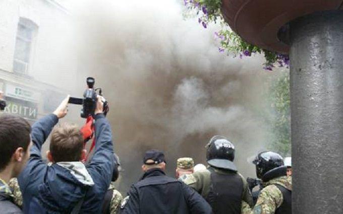 Активисты ОУН забросали участников пророссийской акции картофелем и палками