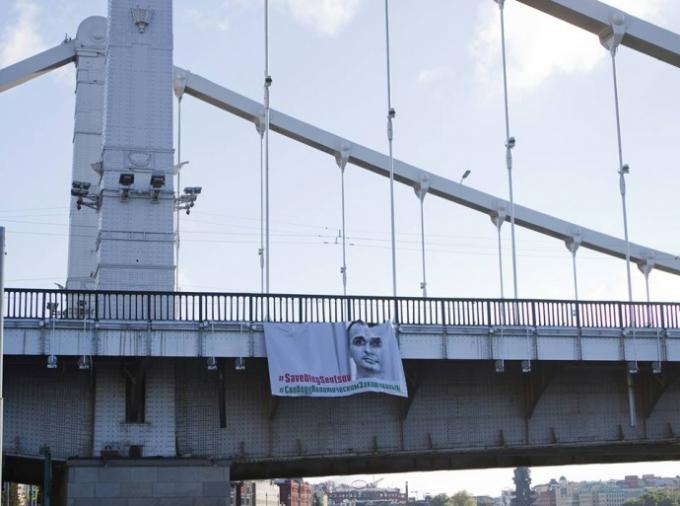 У центрі Москви вивісили величезний плакат з Сенцовим (2)