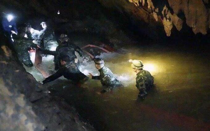 В Таиланде спасли первых детей, заблокированных в пещере: опубликованы фото