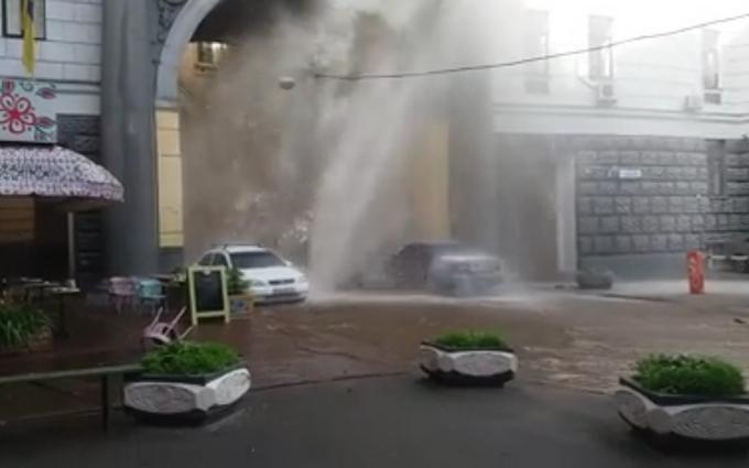 У центрі Києва з-під асфальту вдарив величезний гейзер: з'явилися ефектні відео