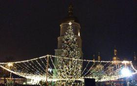 В Киеве зажгли главную елку Украины: появились первые фото