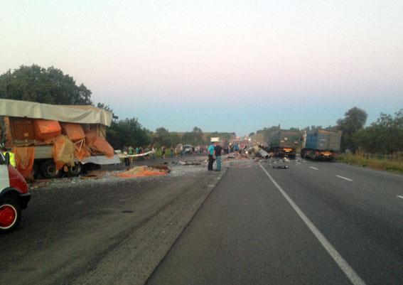 У масштабній ДТП з вантажівками загинули люди: з'явилися фото і відео з місця подій (1)