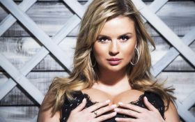 Пышногрудая российская певица попала в секс-скандал