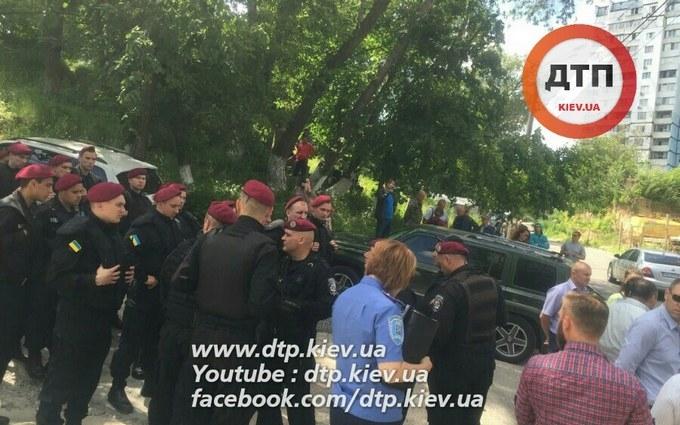 У Києві розгорається новий конфлікт через будівництво, бере участь поліція: з'явилися фото