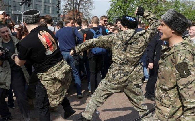 """""""Він нам не цар"""": нападників на мітингувальників у Москві відшмагали нагайками"""
