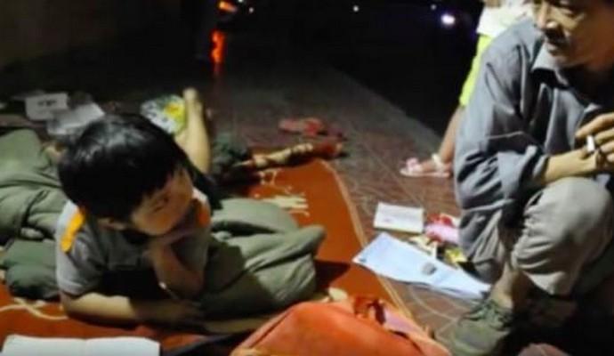 Бездомный в Китае растит брошенную матерью девочку (фото)