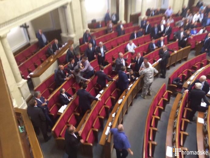 У Раді скандальний депутат побився з екс-регіоналами: з'явилися відео та фото (1)