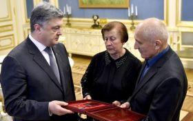 Порошенко вручил звезду Героя Украины родным знаменитого певца, погибшего в бою