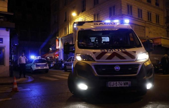 У Парижі невідомий влаштував криваву різанину: опубліковані фото і відео (1)